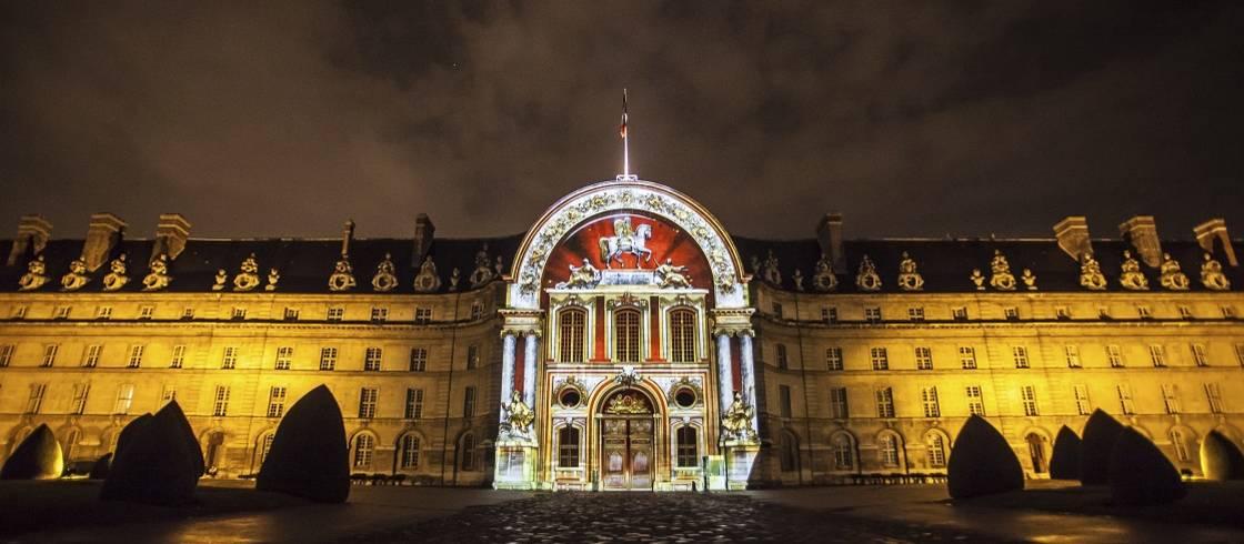 """Las noches de verano, la fachada del Palacio Nacional de los Inválidos se ilumina para contar la """"Gran Guerra""""."""