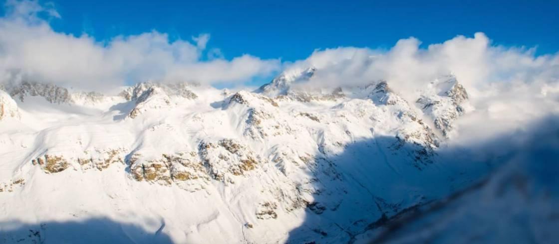 Val d'Isère en los Alpes desde la cima de sus cumbres nevadas.
