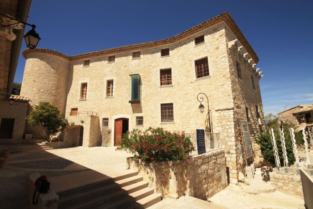 Středověký hrad ve vesnici Carros