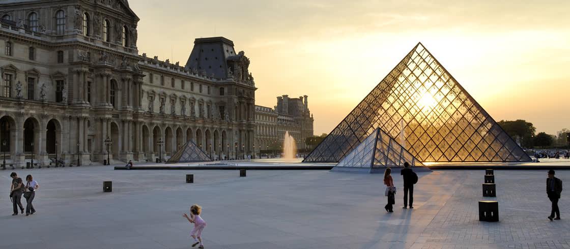 Atardecer en el Museo del Louvre y su Pirámide diseñada por el arquitecto Ieoh Ming Pei inaugurada en 1989.