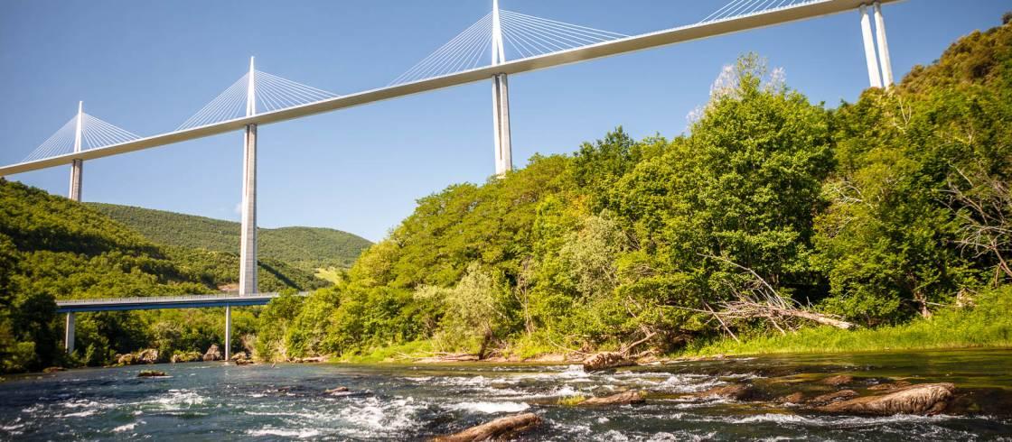 Viaducto de Millau desde el río Tarn-Ciudad de Millau