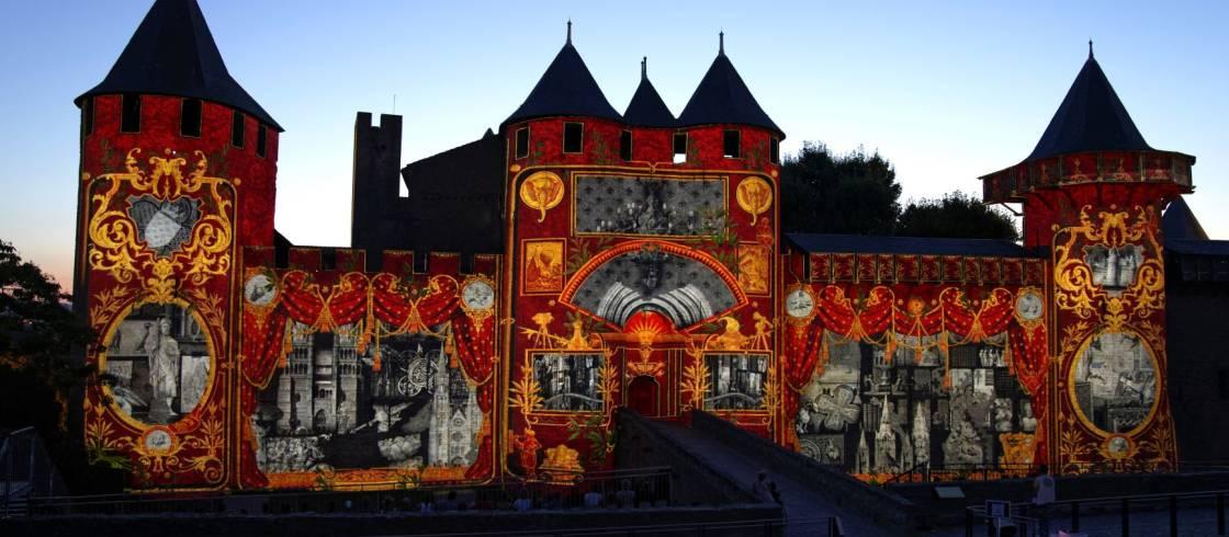 Spectacle nocturne au château Comtal de Carcassonne en Occitanie.