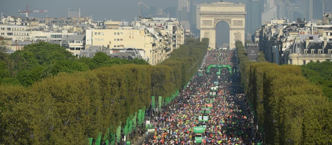 De Marathon van Parijs start bij de Champs Elysées, een prachtig moment voor alle lopers.