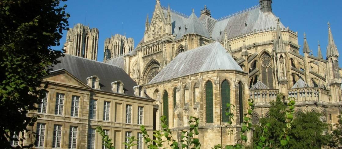 Palacio de Tau y la Catedral de Reims en Champagne.