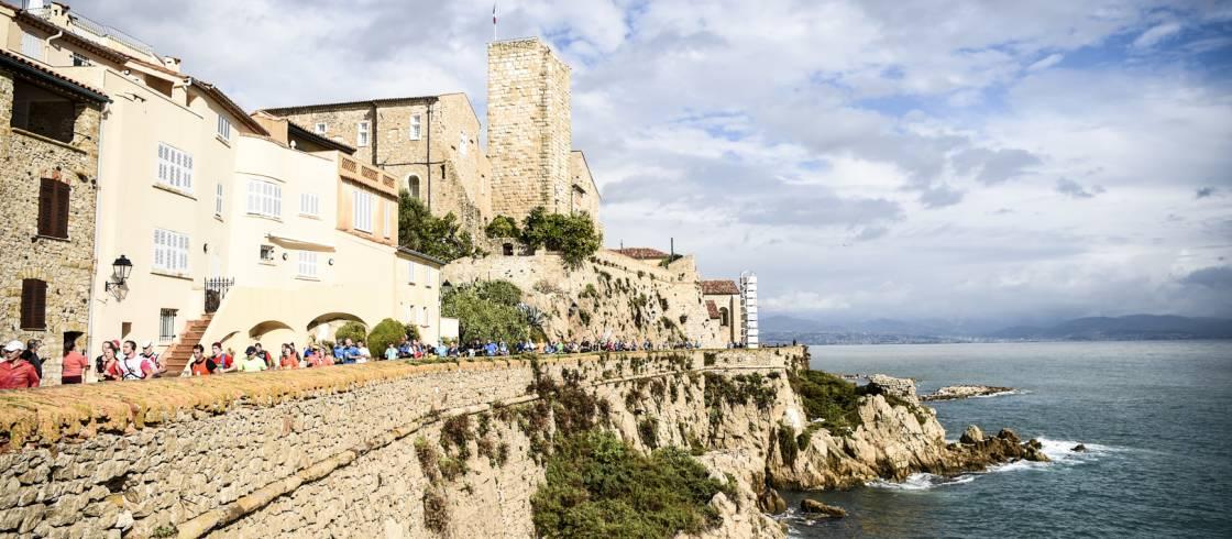 Het parcours van de marathon tussen Nice en Cannes aan de Côte d'Azur