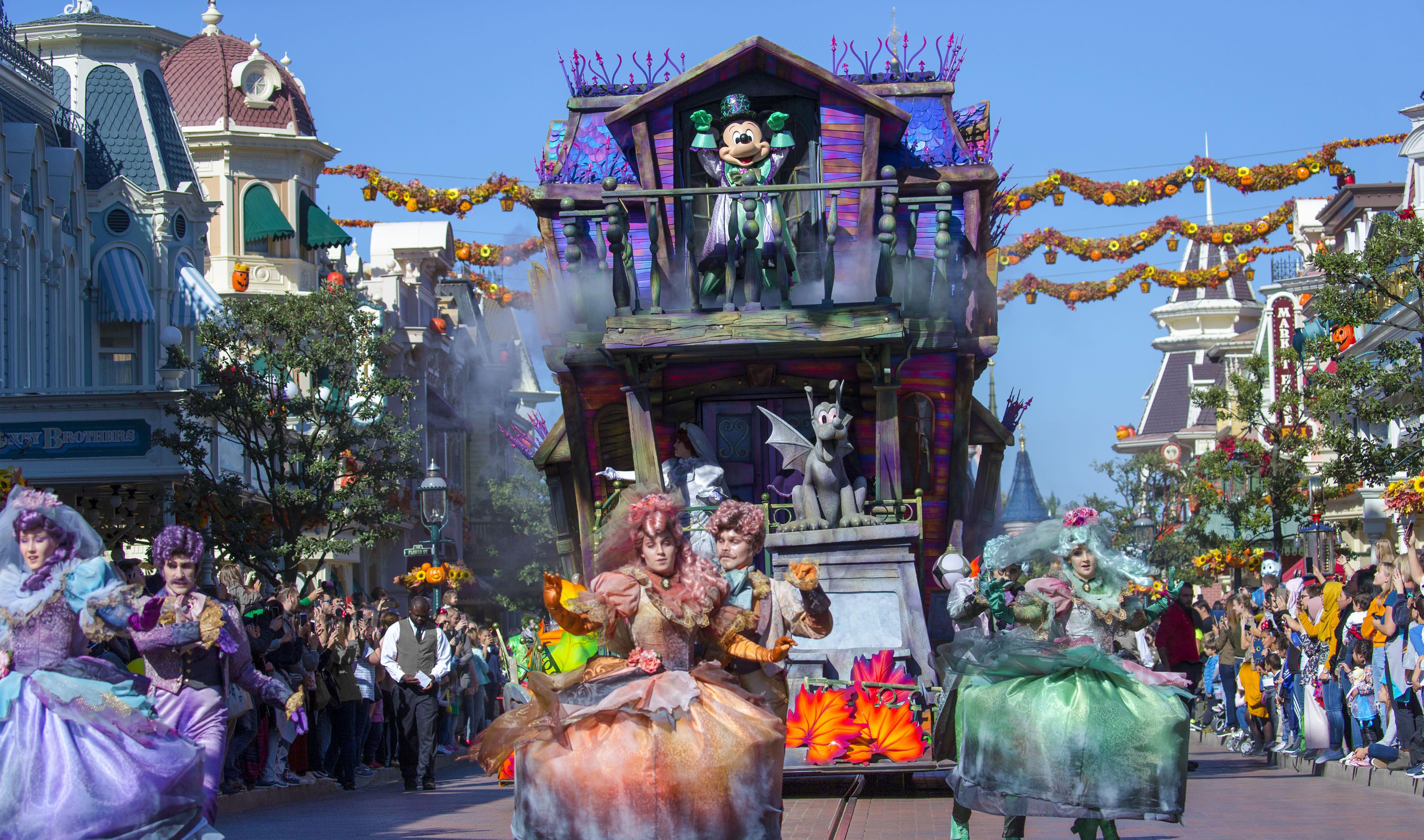 Halloween-parade med Mickey