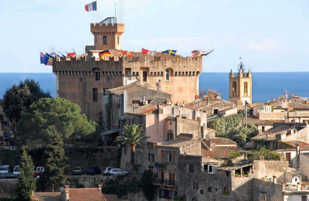 Hrad v Haut de Cagne dominuje okolí