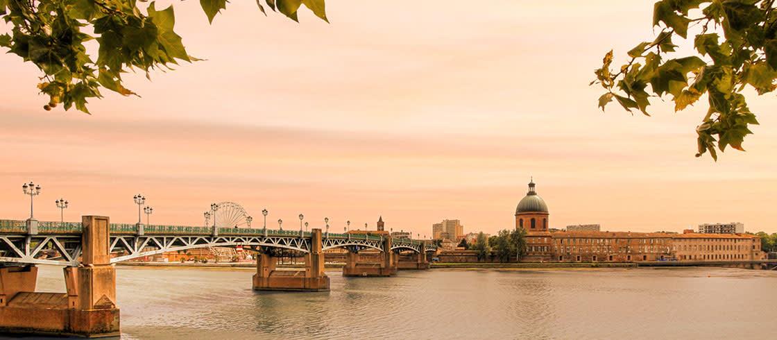 In Toulouse, Saint-Pierre bridge at sunset