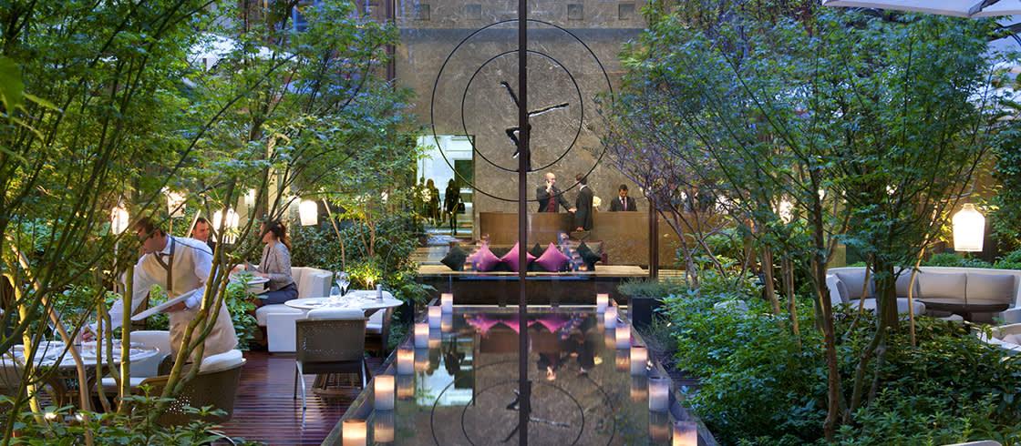 El Palace de la calle Saint-Honoré alberga un gran jardín paisajista.
