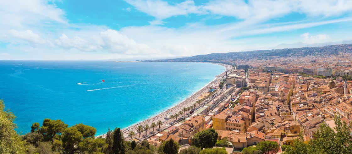 Vista del Paseo de los Ingleses desde lo alto de Niza, en la Costa Azul.