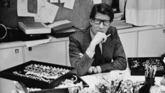 Yves Saint Laurent à son bureau, studio du 5 avenue Marceau, Paris, 1986