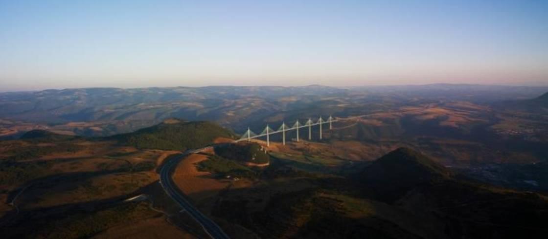 El viaducto de Millau, con 2460 metros de longitud, es una obra maestra de la arquitectura francesa que atraviesa la región de Occitania y domina el río Tarn.