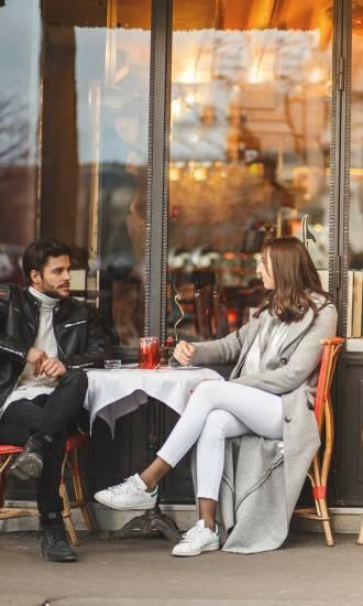 Couple terrasse café parisien ©GettyImages_fotostorm