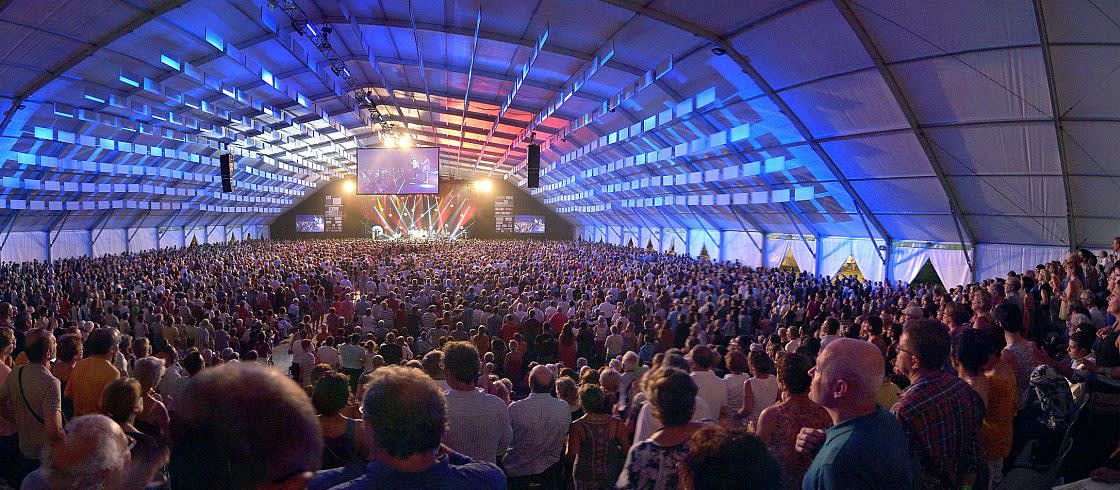 Le chapiteau dressé pour l'occasion accueille jusqu'à 6 000 spectateurs.