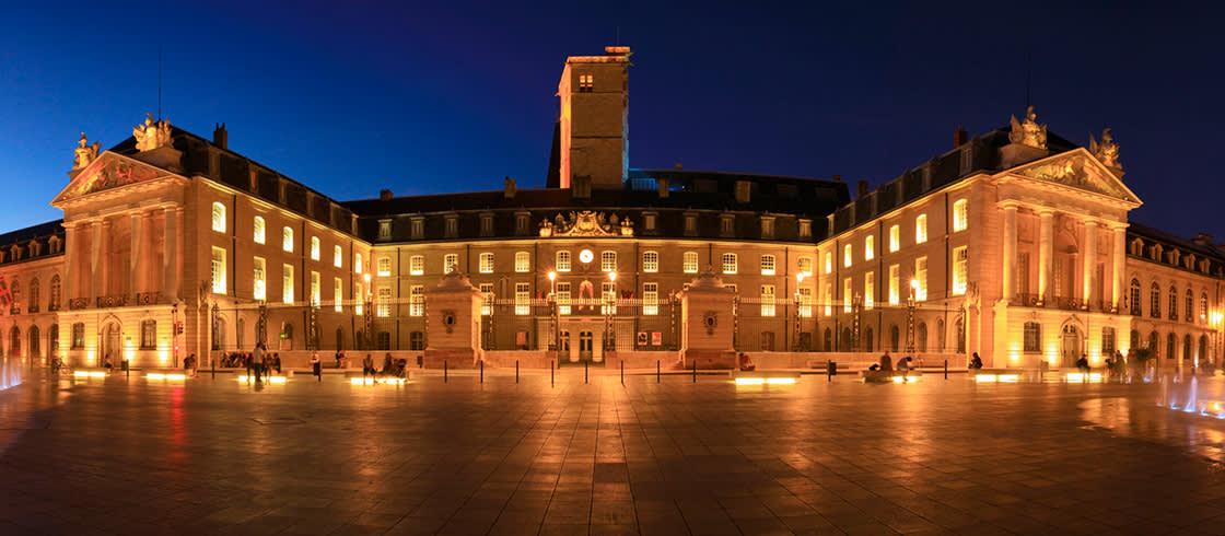 La plaza de la Liberación y el Palacio de los Duques y de los Estados de Borgoña.