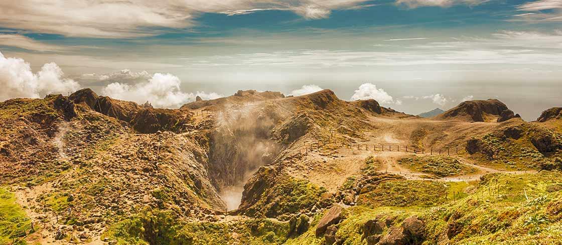 Le volcan de la Soufrière fumant sur l'île de Basse-Terre