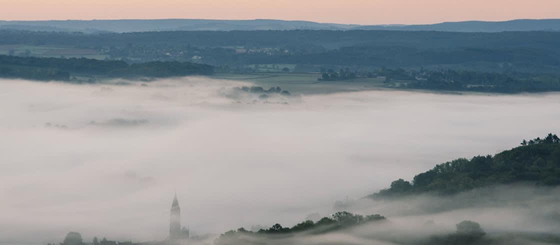 Las planicies de la campiña borgoñona, cubiertas por la niebla del amanecer