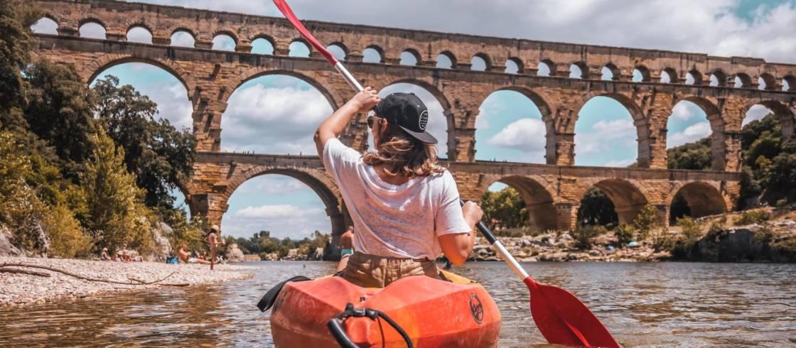 Léa Camilleri en canoa frente al Puente del Gard, en Occitania.