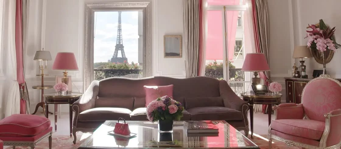 Blick auf den Eiffelturm aus einer Suite im Hotel Plaza Athénée in Paris, einem der Palace-Hotels in Frankreich.