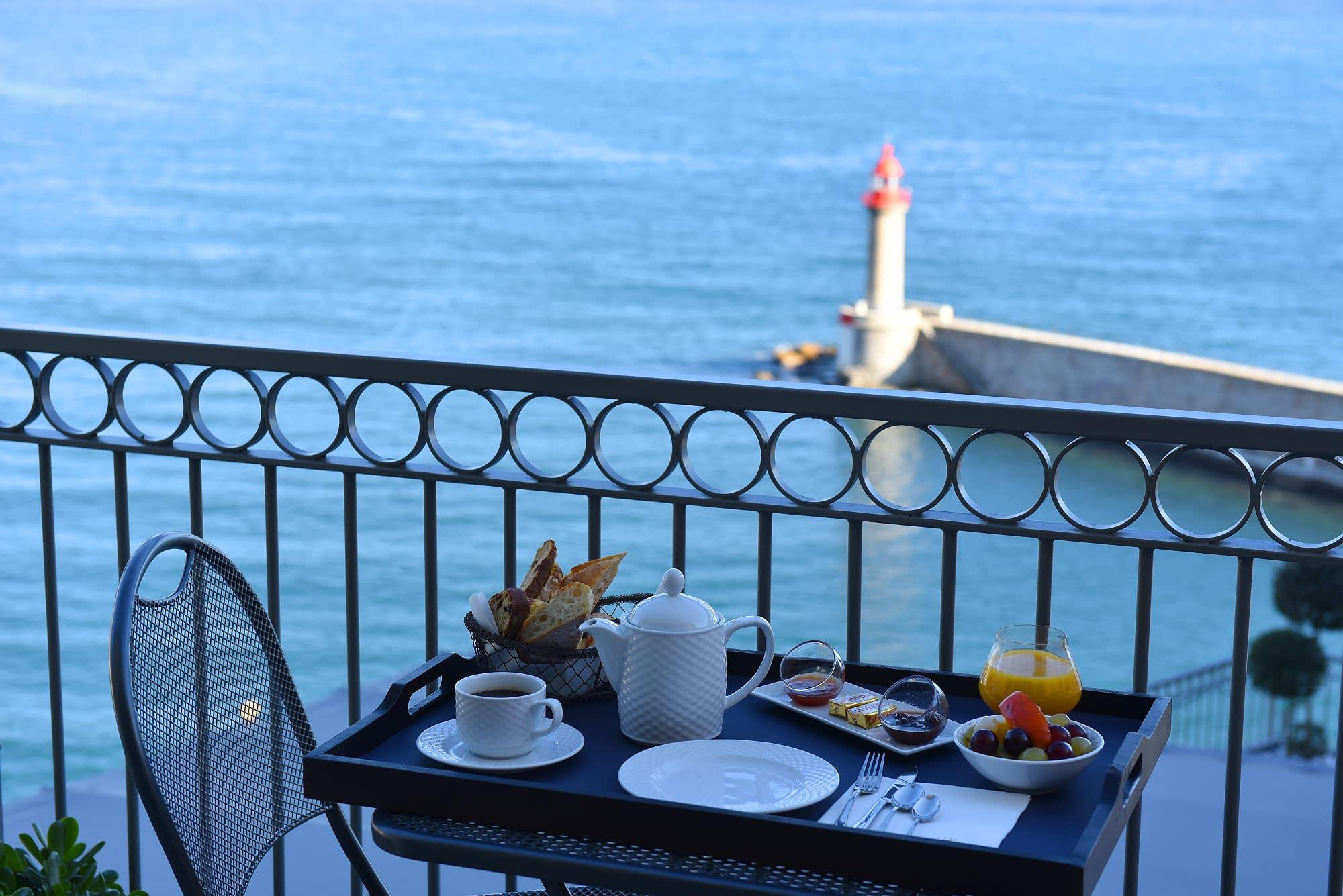 Frühstück im Freien mit Blick auf den Hafen von Bastia: Der Tag kann nicht besser beginnen!