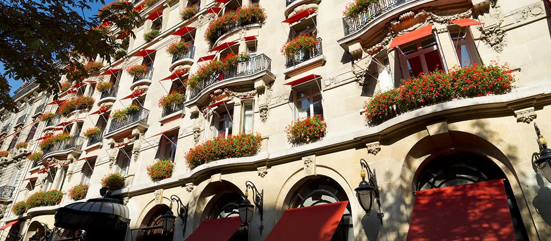 La fachada del hotel y sus famosos geranios rojos