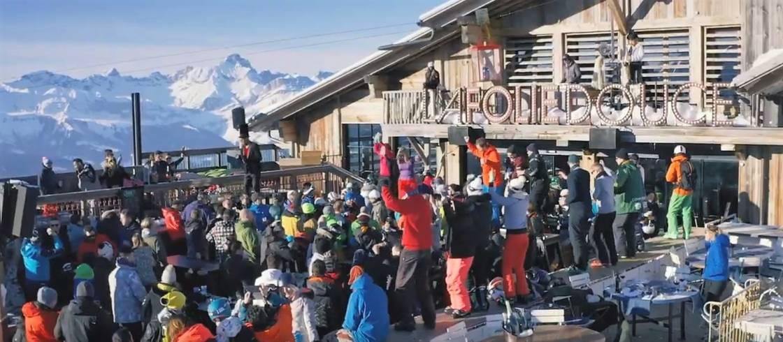 Fest på toppen af skipisterne på natklubben La Folie Douce, der har en af Alpernes smukkeste panoramaudsigter.