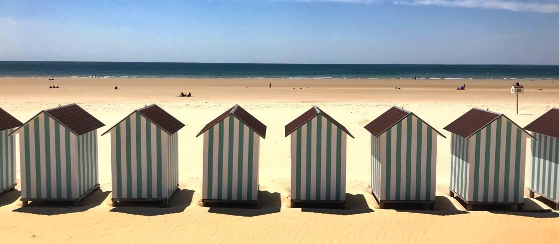 Gekleurde strandhuisjes aan de Franse Atlantische kust